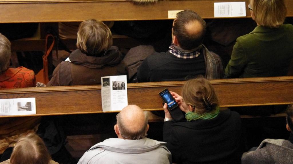 Schnappschuss: Diese Zuhörerin nutzte ihr Handy, um das Weihnachtskonzert aufzunehmen.
